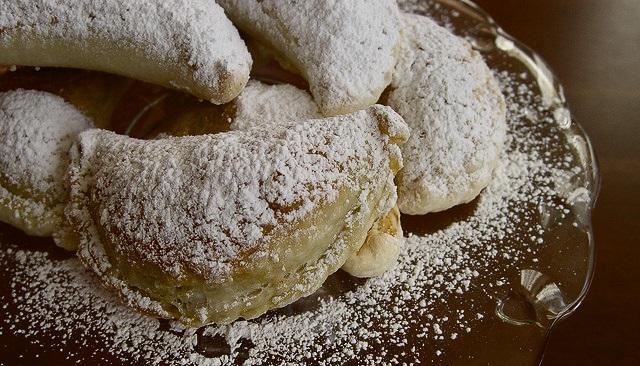 Pieczone pierożki z cukrem pudrem