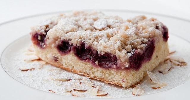 Kruche ciasto z wiśniami i kruszonką