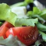 Letnia sałatka z pomidorami, oliwkami i serem feta